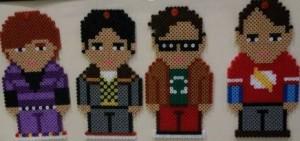 Figura 1. Personajes de TBBT. De izquierda a derecha: Howard Wolowitz, Dr. Rajesh Koothrappali, Dr. Leonard Hofstadter i Dr. Sheldon Cooper