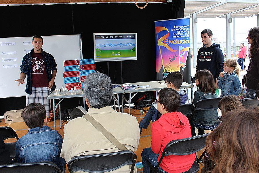 """LCATM a la Festa de la Ciència, NOVUM 2015 . Quirze Rovira i Ion Frias, Gonzaléz Lab, explicant """"Adaptació per selecció natural"""" a"""